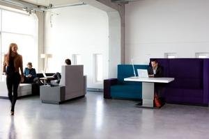 Das modulare Sitzsystem Bricks von Palau besteht aus vielen geometrischen Formen mit unterschiedliche hohen und breiten Sitz- und Rückenelementen. Zubehör wie integrierte Notebook-Tische oder Elektrifizierung ergänzen das System. Für den Entwurf ließ sich Designer Robert Bronwasser durch eine städtische Skyline inspirieren. Mit frischen Farbakzenten werden Arbeits-, Warte- oder Besprechungszonen aufgefrischt, das System ist aber durchaus im privaten Wahnzimmer vorstellbar. www.palau.nl