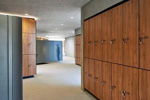 Der Bauherr legte Wert auf hochwertige Materialien und individuelle Lösungen. Neben dem Einsatz von Holz unterstreichen erhabene Aufschriften und Motivfolien auf Glasflächen den Anspruch