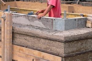 Auf Höhe der Geschossdecken wird ein Ringbalken aus Stahlbeton mit eingebaut
