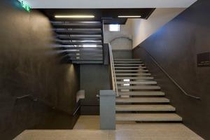 Eine Stahlstruktur für die Treppe ist losgelöst vom Mauerwerk implantiert<br />