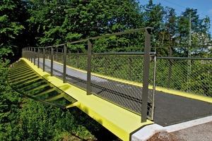 Thermische Verformungen in Längsrichtung erzeugen bei der statisch bestimmt gelagerten Brücke keine Zwangbeanspruchungen. Schwingungsuntersuchungen ergaben, dass die Eigenfrequenzen der Brücke außerhalb des kritischen Bereiches liegen