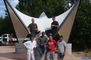 Forschungsprojekt Bernburg, vorgespannte Membran, Prof. Robert Off inmitten von Studierenden