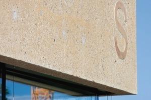 Die Buchstaben wurden beim Stocken ausgenommen und treten so aus der aufgerauten Fläche hervor<br />