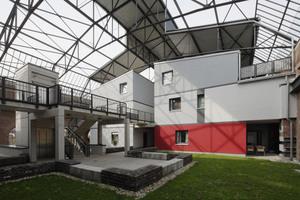 Auf dem Flachdach wurden beidseitig zwei Reihen mit jeweils sechs Wohnhäusern (3 Doppelhäuser pro Seite) geschaffen
