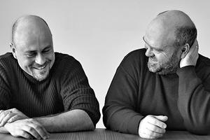 """<div class=""""fliesstext_vita""""><strong>Brückner &amp; Brückner Architekten</strong><br />v.l.n.r.: Christian und Peter Brückner</div><div class=""""fliesstext_vita""""></div><div class=""""fliesstext_vita"""">Christian und Peter Brückner gründeten 1996 das Architekturbüro Brückner &amp; Brückner Architekten. Sie sehen Planen und Bauen als einen umfassenden Kommunikationsprozess.</div>"""