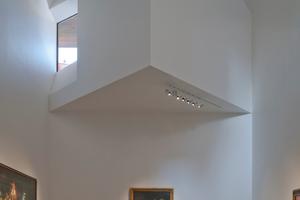 """<div class=""""13.6 Bildunterschrift"""">Das ungewöhnliche Sondermauerwerk der Neubauten wurde als angepasster Binderverband aus dem GIMA Klinker im Sonderfarbton Colmar-Breno FKG umgesetzt. Insgesamt wurden dazu 75000 gelochte Formsteine dieses Typs immer an der gleichen Stelle in der Mitte auseinandergebrochen und mit der unregelmäßigen Seite nach außen vermauert. Die Bruchstellen sollten keine glatten unnatürlichen Oberflächen aufweisen</div>"""