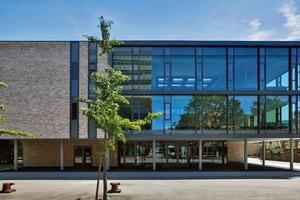 Das neue Lernzentrum für die Chemie- und Biowissenschaften am Karlsruher Institut für Technologie (KIT) wurde im Juli 2014 eröffnet. Die Energieeffizienz spielte eine wichtige Rolle, so liegt der Primärenergiebedarf 30 % unter der Energieeinsparverordnung 2009<br />
