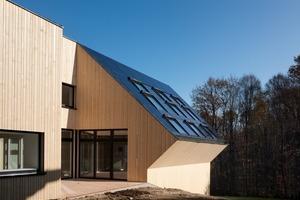 Ein im Westen liegendes dreiseitig umschlossenes Atrium holt durch Form und Ausrichtung ein Maximum an Sonnenlicht ins Haus. Gleichzeitig ist es ein nicht einsehbarer Sitzplatz mit Gartenanbindung<br />