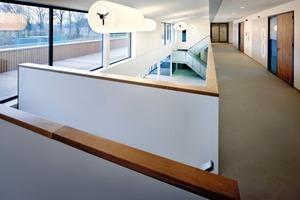 """<div class=""""10.6 Bildunterschrift"""">Im Obergeschoss  befinden sich die Klassenräume, die Lehrerzimmer sowie die Verwaltung</div>"""