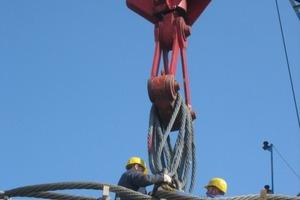 Die Anlieferung und Montage jedes Brückenteils war innerhalb von 8 bis 10 Stunden abgeschlossen. Nach der Stahlbaumontage konnte mit dem Einbau der ca. 330 Glasscheiben begonnen werden<br />