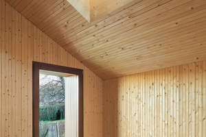 Im Obergeschoss sorgt die Verkleidung mit Brettschichtholz für ein ausgeglichenes Raumklima