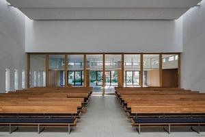 Sitzpolster und Stoffbezüge wurden akustisch optimiert, so dass die Nachhallzeiten minimal sind – ganz gleich, ob 30 oder 120 Zuschauer im Gottesdienst sitzen