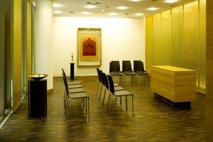 Rund um diesen inneren Grünraum lagern sich im Erdgeschoss eine Sitzgruppe und die Kapelle mit perforierten, goldenen Wänden an<br />