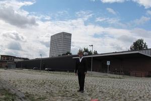 """<div class=""""5.6 Bildunterschrift"""">links: André Poitiers auf dem Grundstück des Wettbewerbs """"EUROPACITY Berlin, Stadthafenquartier Süd""""; rechts: Visualisierung des Stadthafens</div>"""