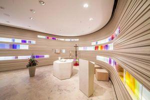 1. Preis, Kategorie Design: Die Wände der Kapelle im Krankenhaus St. Elisabeth in Ravensburg aus gestapelten Gipsfaserplatten lassen ein lebendiges Spiel von Licht und Schatten entstehen.