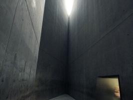 Der Holocaust-Turm: ganz innen und doch ausgesetzt, draußen ...