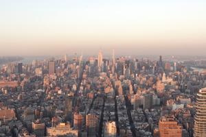 """Blick aus dem """"1WTC"""" nördlich über Manhattan. Links oben das """"Hudson Yards"""", rechts unten der 60 Geschosse hohe Wohnturm """"56 Leonard"""" von Herzog & de Meuron"""