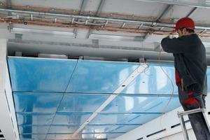 Montage der Heiz-Kühldecken mit Betonkernaktivierung<br />