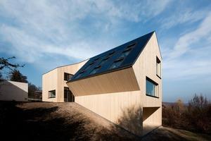 Um ein Maximum an Aussicht und Sonnenlicht in die Wohnräume holen zu können entwickelt sich der lange schmale Baukörper in Richtung Südosten, hangabwärts<br />