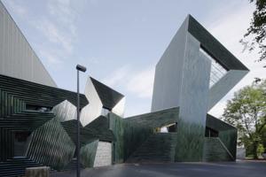 Mit seiner expressiven Form macht das Bauwerk auf sich aufmerksam