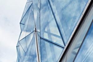 Die Vorverglasungselemente der Fassade bestehen aus vier verschiedenen, aber konstruktiv gleichen Elementen<br />