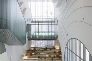 Das Atrium ist drei Stockwerke hoch, klinisch weiß sind Boden und Decke,<br />in Glasröhren verpackte Luftbrücken erinnern an Raumschiff Enterprise<br />