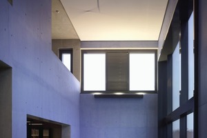 Bei lasierten Betonoberflächen gibt es ein Problem. Es ist nicht vorherzusagen, wie sich die Farbe auf dem Untergrund verhält. Manche Farben wirken sehr dunkel, weil die Farbe vom Beton aufgenommen wird und die Strahlkraft verliert<br />