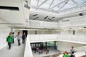 Die Unterrichtsräume sind ringförmig um ein großzügiges Atrium angeordnet. Die Thermik des Atriums und die Bauteilaktivierung sorgen aufnatürliche Weise (auch an heißen Tagen) für ein angenehmes Raumklima