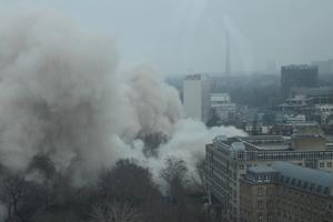 Die Staubwolke zog in Richtung Bockenheimer Warte, an der mehrere 1000 Menschen die Sprengung verfolgten