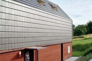 """<div class=""""10.6 Bildunterschrift"""">Für die Eindeckung der Dachfläche wurden die Glattziegel DOMINO® aus Ton von Creaton verwendet. Wie Schindel aufgebracht sorgen sie für Witterungsschutz. Zur Stabilität und als Kondensatleiter dienen rückseitige Rippen</div>"""