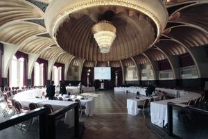 """Der grandiose """"Rheingoldsaal"""" vor dem Auftritt der Protagonisten ... und Diskutanten"""