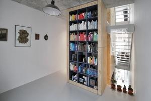 Alle Nebenfunktionen und Installationen sind in der Hausmitte in einem mit Multiplexplatten verschalten Kern untergebracht