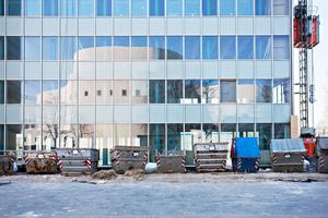 Das Dreischeibenhaus vor der Sanierung: Der Sonnenschutz liegt innen und zeigt ein lebendiges Fassadenbild. Nach der Sanierung liegt der Sonnenschutz zwischen innerer Primärfassade und der Prallscheibe
