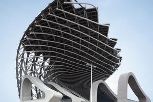 Am Südende des Gebäudes befindet sich der Eingang des Stadions - zwischen dem hohen Kopf des Drachens und dem abflachenden Ende<br />