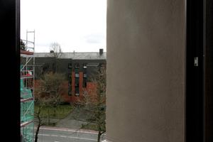 Die 75cm tiefen Fensterlaibungen ähneln in ihrer Funktion einer Duschwanne. Eine wasserabweisende Schicht lässt kein Wasser in den Putz eindringen