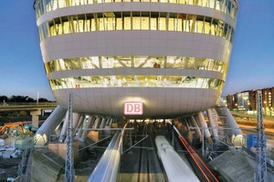 Der von JSK Architekten entworfene stromlinienförmige Baukörper des The Squaire am Frankfurter Flughafen nimmt Bezug auf seine Funktion als ICE-Bahnhof. 86 Dreierstützen leiten die Kräfte in den darunterliegenden Baubestand ab