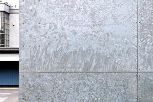 Feuerverzinkte Oberfläche einer Fassade