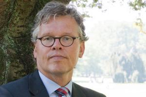 """<div class=""""autor_linie""""></div><div class=""""dachzeile"""">Autor</div><div class=""""autor_linie""""></div><div class=""""autor_linie"""">Matthias Pietzcker ist geschäftsführender Gesellschafter des Quickborner Team (QT) mit Sitz in Hamburg. Als Unternehmensberatung für Büro- und Organisationsplanung hat das QT Standards wie das Office Landscaping """"erfunden"""" und weiterentwickelt sowie in den vergangenen 50 Jahren die Arbeitswelt entscheidend mitgeprägt. Inhabergeführt und mit rund 40 Beratern berät das QT mit den Schwerpunkten Organisatorische Gebäudeplanung, Organisationsberatung und Immobilienmanagement bei der Planung von zukunftsfähigen Arbeitsplätzen.<br /></div><div class=""""fliesstext_vita"""">Informationen unter: <a href=""""http://www.quickborner-team.de"""" target=""""_blank"""">http://www.quickborner-team.de</a></div>"""