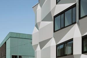 Geschossweise alternierend, stehen die bis zu 6,60m breiten Fenster jeweils an einer Seite bis zu 50cm aus der Bauflucht