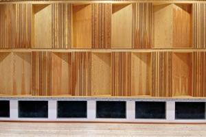 Die Wände stehen mittels Sylomerlagern auf körperschallentkoppelten Ringankern, Fußboden und Decke sind federnd gelagert bzw. abgehängt
