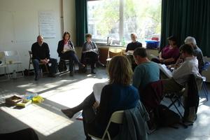 Lagebesprechung der Planungsgruppe in einem der ehemaligen Klassenzimmer