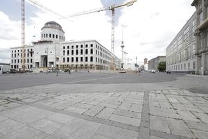 Das Berliner Schloss, hier von Südwesten gesehen. Die Kuppel schon gerüstet für das Richtfest