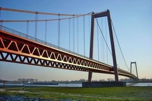 Rheinbrücke Emmerich, mit einer Gesamtlänge von 893 m die längste Hängebrücke Deutschlands, größte Stützweite 500 m<br />