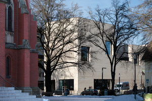 Links die Paulus Kirche