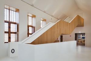 Die aus amerikanischer Weißeiche gebaute Treppe tritt wuchtig-skulptural in Erscheinung und leitet die Besucher auf die verschiedenen Ebenen im städtischen Museum von Mechelen. Die Holzarbeiten rund um Treppenhaus, Stufen und Treppenabsätzen wurden in 22 mm starken Leisten präzise ausgeführt