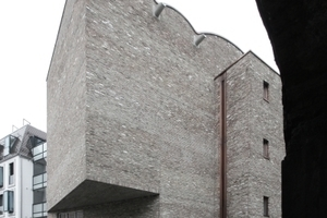 Die Ausstellungssäle im 1. und 2. OG springen über den Grundriss im Erdgeschoss in den Straßenraum hinein.