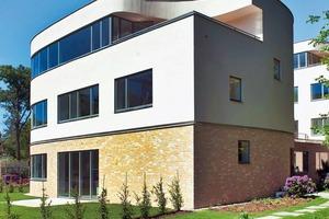 Die Realisierung von bezahlbarem Wohnungsbau von unter 2000€ (1400€) unterliegt den strengsten Kriterien an unternehmerische sowie ästhetische Disziplin aller. Für die Oberflächen wurden traditionelle Materialien und Farben gewählt