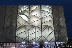 """<div class=""""9.6 Bildunterschrift"""">Als überdimensionale Plastik wurde die Arena mit einer dünnen Membran aus receycelbaren, blei- und cadmiumfreien PVC in einem Weißton verkleidet</div>"""