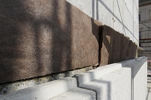 Der Ortbeton wird mit Betonwerksteinfertigelementen geschlossen, deren Farbigkeit weit entfernt von der Sandsteinfarbigkeit der Renderings ist