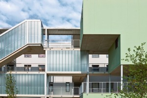 Haus 6: Die Erschließung der Gebäude erfolgt über Laubengänge und meist offene Treppenräume sowie Aufzüge. Gebäudeskulpturen bieten Lagerraum/Orientierung und Garten<br />